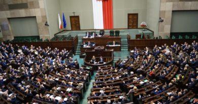 Najnowszy sondaż Kantar: Konfederacja w Sejmie, PiS traci samodzielną większość