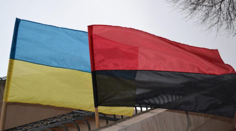 Ukraina: banderowska flaga na równi z państwową