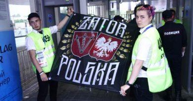 Skandal! Polscy kibice okradzeni z flagi przez FIFA
