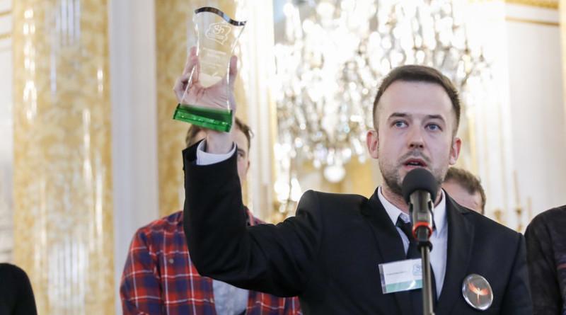 """Związek Nauczycielstwa Polskiego tytułem """"Nauczyciela Roku"""" uhonorował geja"""