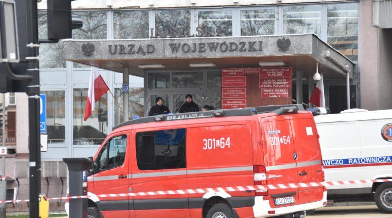 22.01 urzędnicy z Lubelskiego Urzędu Wojewódzkiego otrzymali maile z informacją o podłożonych w budynku materiałach wybuchowych. Na miejscu interweniowały służby. Alarm okazał się fałszywy.
