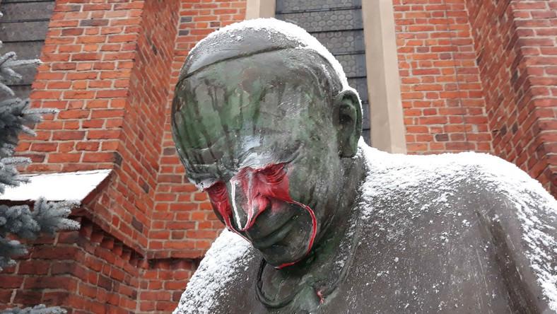 Kibice oczyścili zdewastowany pomnik Jana Pawła II w Starogardzie Gdańskim