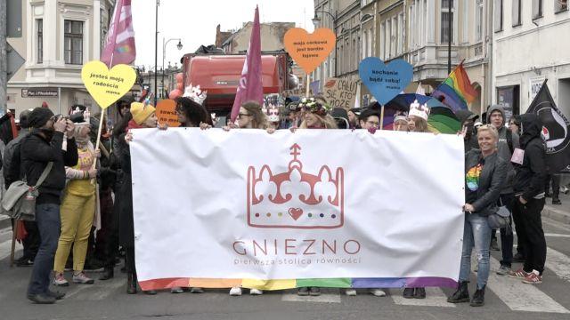 Parada Równości w Gnieźnie – więcej kontrdemonstrantów niż idących w marszu