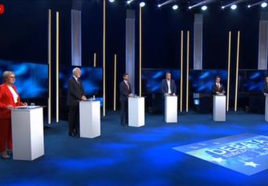 """Krzysztof Bosak wręczył podczas debaty przypinkę """"Stop 447"""" kandydatce PIS"""