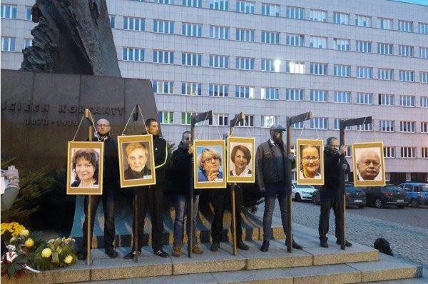 Narodowcy powiesili na szubienicach zdjęcia sześciu europosłów PO