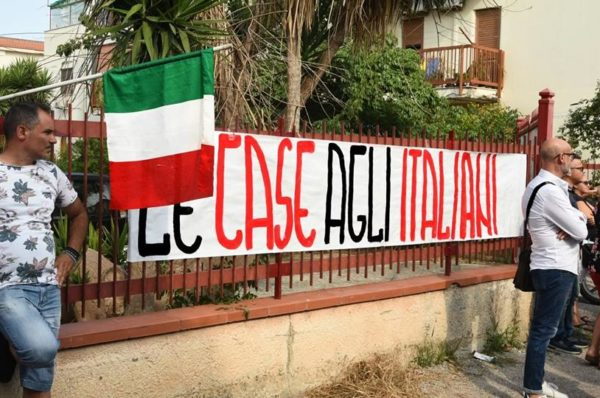 Nacjonaliści siłą wprowadzają ubogich Włochów do mieszkań przeznaczonych dla Cyganów