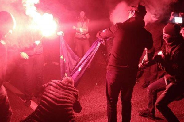 Policja wyznaczyła nagrodę 5 tys. za wyznaczenie sprawcy spalenia flagi UE – MW zgłasza się po odbiór nagrody