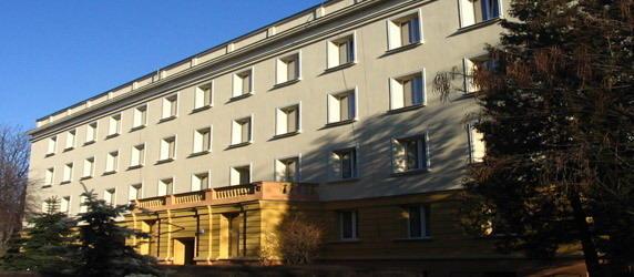 """W niedzielę (23.12) w jednym z pokojów w krakowskim akademiku ,,Fafik"""" znalezione zostało ciało 21-letniego studenta. Mężczyznę znaleziono z reklamówką na głowie i związanymi rękoma. Według Policji student popełnił samobójstwo."""