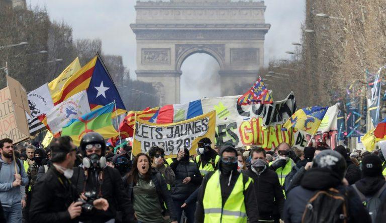 """Paryż: Kolejne gwałtowne protesty ruchu """"żółtych kamizelek"""""""