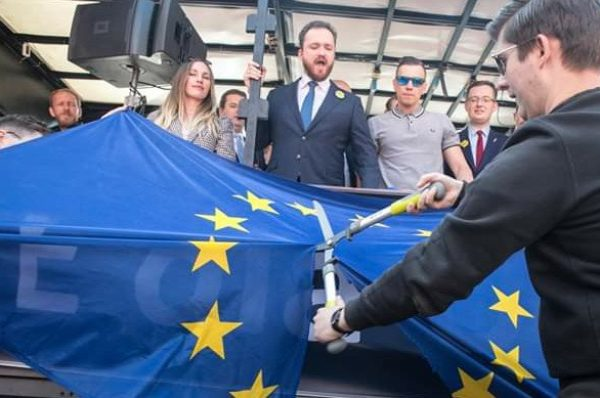 Młodzież Wszechpolska pocięła flagę Unii Europejskiej na Marszu Suwerenności