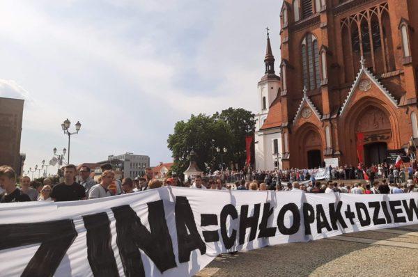 Kontrujących Paradę Równości w Białymstoku było ok. 5 tys., LGBT mniej niż tysiąc