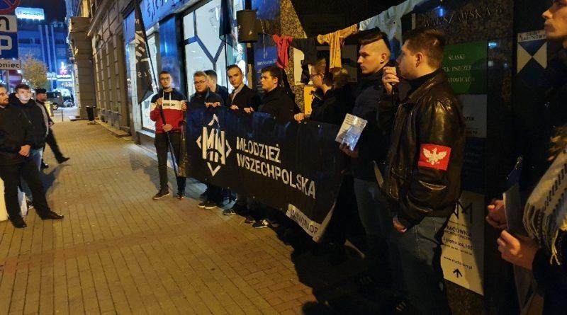 Działacze Młodzieży Wszechpolskiej oraz Ruchu Narodowego zorganizowali protest pod katowicką siedzibą PiS-u