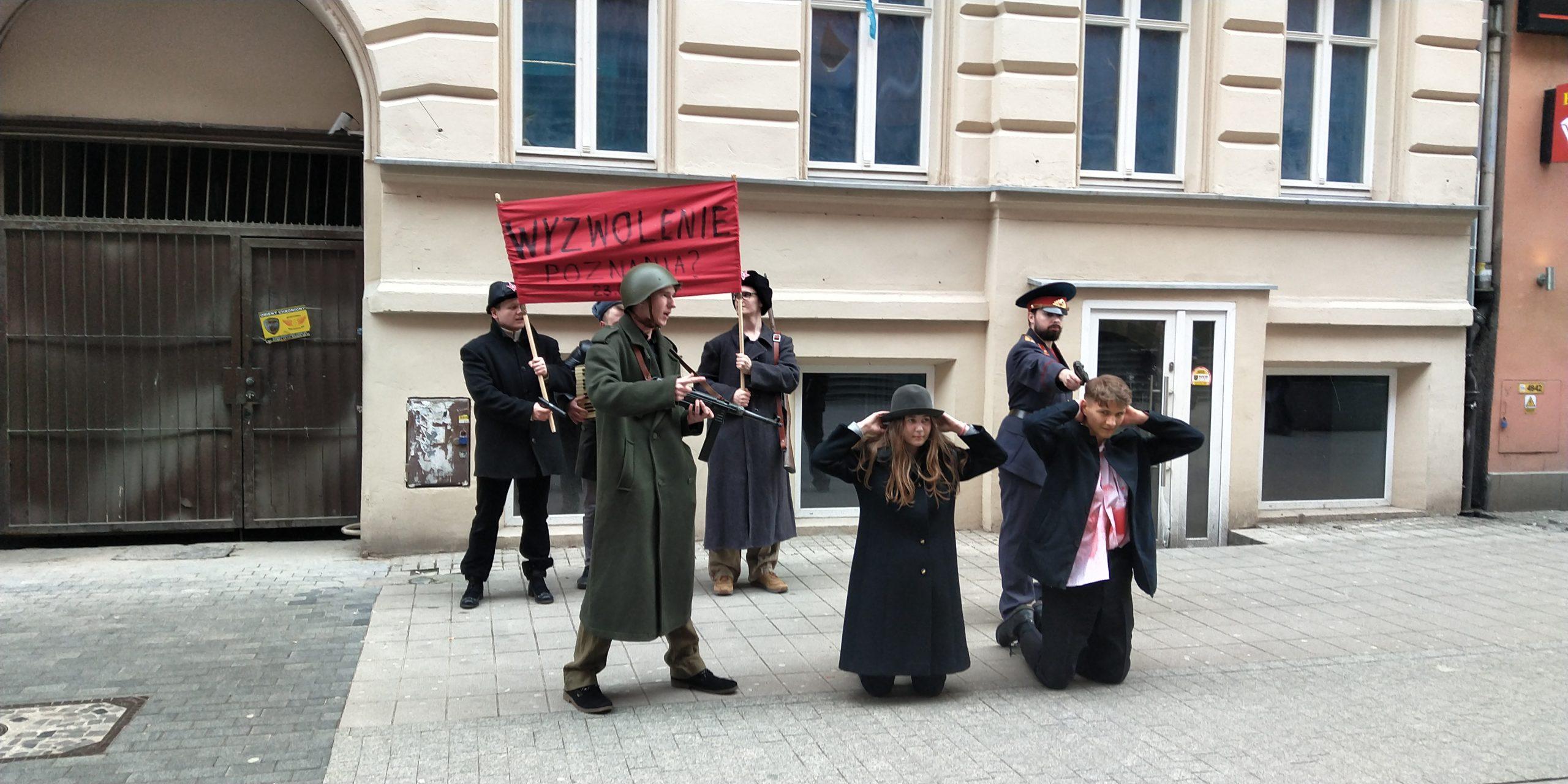 """Młodzież Wszechpolska pokazała jak wyglądało """"wyzwolenie"""" Poznania przez Armię Czerwoną [WIDEO]"""