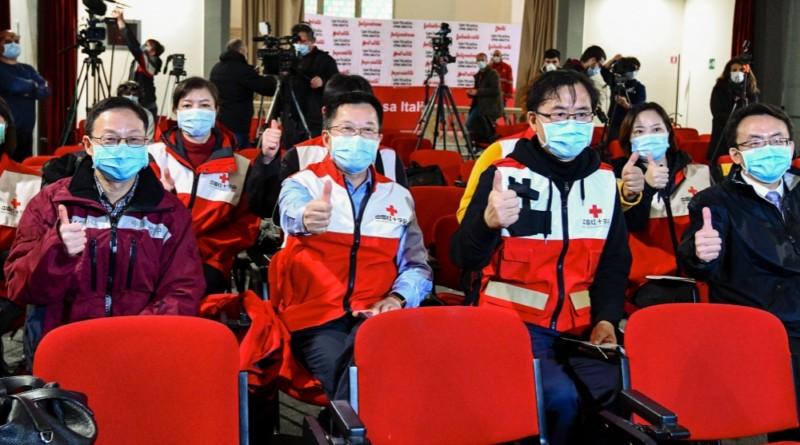 chińscy epidemiolodzy pokazują kciuk w górę