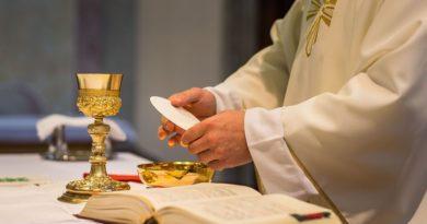 Hostia trzymana przez kapłana podczas konsekracji