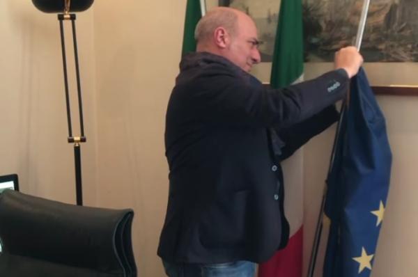 """Włoski polityk usuwa unijne flagi – """"Europa nas opuściła"""" [+WIDEO]"""