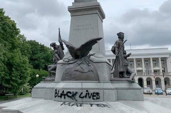 """Black Lives Matter – """"Antyrasiści"""" zdewastowali pomnik Kościuszki w Warszawie"""