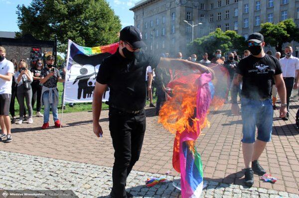 Działacze Okręgu Śląskiego MW w kontrze do Marszu Równości. Spłonęła flaga LGBT [+FOTO]