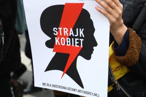 Dyrektor szkoły zabronił uczniom eksponowania politycznej, w tym proaborcyjnej, symboliki. Został zawieszony