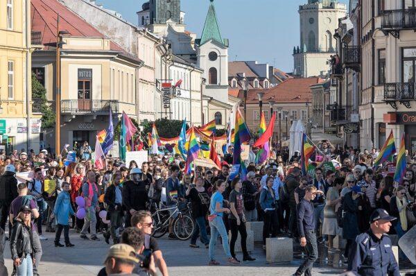 """Fundacja Batorego wspiera milionami euro organizacje LGBT. Pieniądze trafią również do tzw. """"Strajku Kobiet"""""""