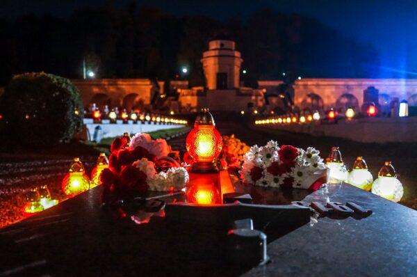 Tysiące biało-czerwonych zniczy zapłonęło we Lwowie [+FOTO]