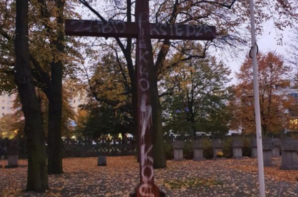"""Gdańsk: na krzyżu na Cmentarzu Ofiar Hitleryzmu na Zaspie pojawiły się napisy """"zabij księdza"""" i """"piekło kobiet"""""""