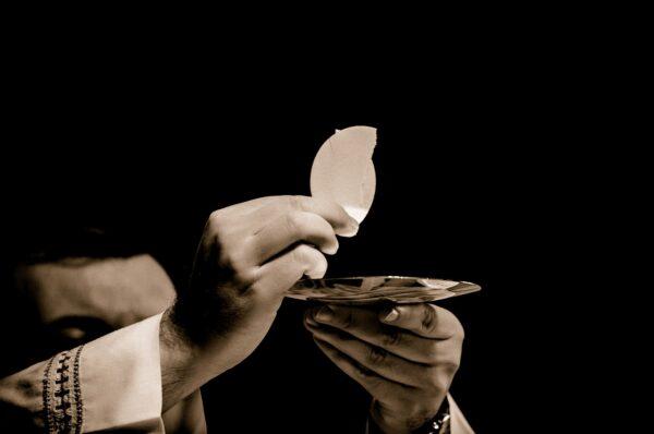 Osoby popierające w jakikolwiek sposób aborcję popełniają grzech śmiertelny i nie mogą przyjmować Komunii Świętej