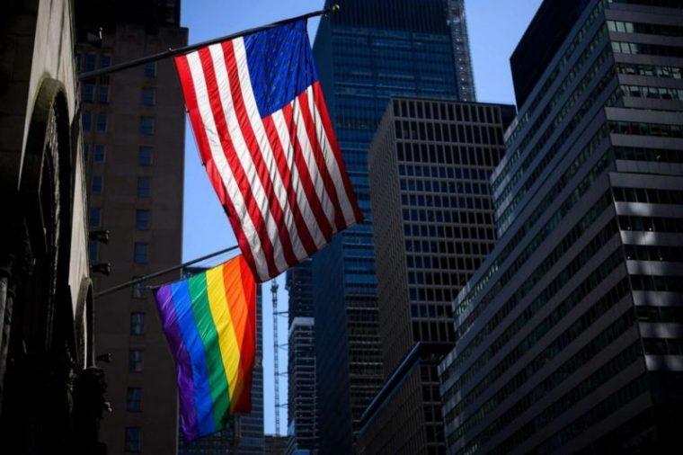 Flagi LGBT w ambasadach USA będą wywieszane już oficjalnie