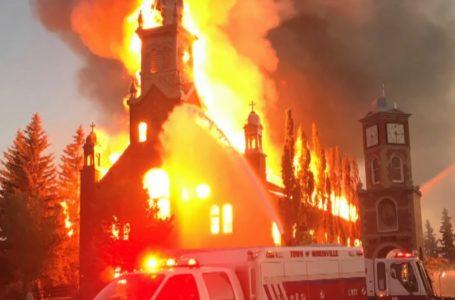 Niszczenie kościołów, odkrycia nieoznakowanych grobów - co się stało w Kanadzie?